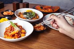 La main masculine tient la nourriture chinoise avec des baguettes image libre de droits