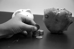 La main a mis des pièces de monnaie Photographie stock