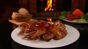 La main a mis dessus la table un plat des ailes de poulet frit