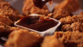 La main a mis les jambes de poulet frit croustillantes dans la sauce barbecue avant mangent clips vidéos