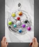 La main montre le papier chiffonné par couleurs en tant que structure de réseau sociale dessus Photo stock