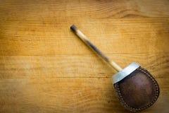 La main a ouvré l'artisan Yerba Mate Tea Leather Calabash Gourd avec la paille sur le fond en bois Concept d'envie de voyager de  image libre de droits