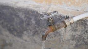 La main ouvre la valve clips vidéos