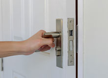 La main ouvrent la porte, porte blanche Images libres de droits