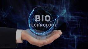 La main peinte montre la biotechnologie d'hologramme de concept sur sa main