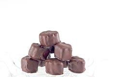 La main a plongé des guimauves de chocolat Photos libres de droits