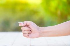 La main préparent pour la secousse une pièce de monnaie Image libre de droits