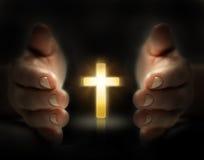 La main protègent la croix Images stock