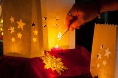 La main qui tourne la lumière de Noël photographie stock libre de droits