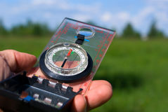 La main retient des kompass Images stock