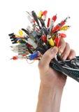 La main retient l'ensemble de câbles avec des connecteurs photos stock