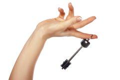 La main retient une clé de la maison Photo stock