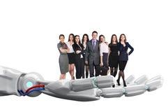 La main robotique tient le groupe de gens d'affaires rendu 3d Images stock