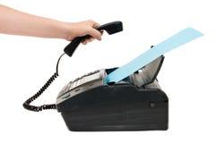La main soulève le récepteur un fax photo stock