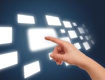 La main sur le flux de plusieurs se boutonnent photos libres de droits