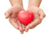 la main tenant le coeur rouge a envoyé l'amour dans l'isolat de Saint-Valentin sur W Image libre de droits