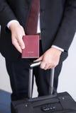 La main tenant le passeport, préparent pour voyager Photos stock