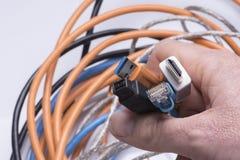 La main tient des câbles de date Images stock