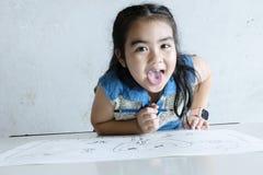 La main tient le crayon pour dessiner sur le papier, très heureux de travailler Photographie stock