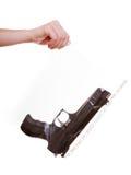 La main tient le sac avec des preuves marquées par arme à feu d'un crime Images libres de droits