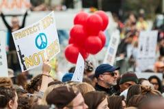 La main tient le signe au-dessus de la foule chez mars pendant nos vies Photos libres de droits