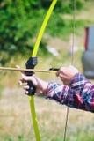 La main tient le tir à l'arc et la flèche image libre de droits