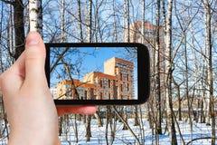 La main tient le téléphone intelligent Images stock
