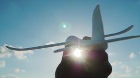 La main tient un avion comme un jouet se précipitant vers le ciel au ciel Rêve et un bon concept de démarrage Photos stock