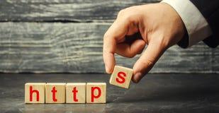 La main tient un cube avec la lettre S avec le HTTP de mot Changement du protocole pour la sécurité et le transfert du hyperviste images stock