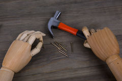 La main tient un marteau Photo stock