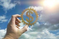 La main tient un symbole du dollar dans une vitesse sur un fond de ciel avec des nuages photos libres de droits