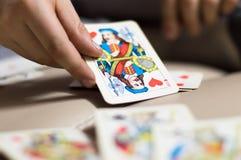 La main tient une carte jouante Photographie stock
