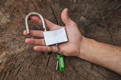 La main tient une serrure sur le tronçon Image stock