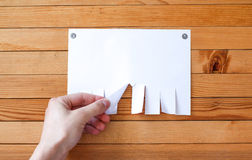 La main tire un morceau de papier Feuilles de papier vides d'annonce sur un OE photo stock
