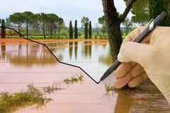 La main trace un graphique au sujet des précipitations saisonnières - image de concept photographie stock libre de droits