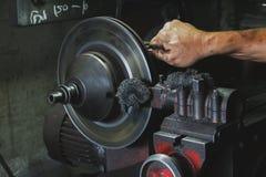 La main a utilisé la machine de meulage de disque de frein Au sujet du frein de voiture photographie stock