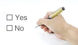 La main utilisant un stylo classique décident au choix oui ou non Image libre de droits