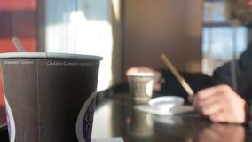 La main verse le sucre dans une tasse jetable après émoi banque de vidéos