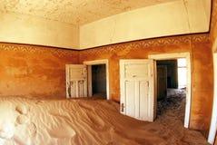 La maison abandonnée et le bain dans le Kolmanskop Photos libres de droits