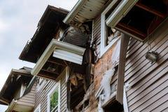 La maison après un feu Ruined a abandonné la maison en bois brûlée Photographie stock libre de droits