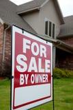 La maison avec a à vendre signent dedans la cour Photos libres de droits