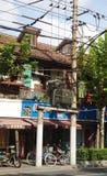 La maison avec un bon nombre de fils électriques photo libre de droits