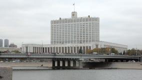 La Maison Blanche à Moscou, Russie par temps nuageux en automne clips vidéos