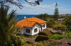 La maison blanche avec un toit de tuile Photos libres de droits