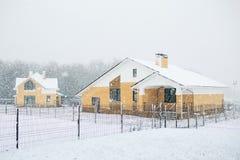 La maison bloquée par la neige dans l'horaire d'hiver froid, frais et givré a couvert W Image stock