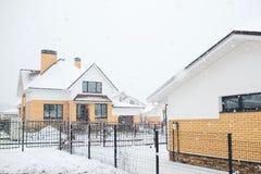 La maison bloquée par la neige dans l'horaire d'hiver froid, frais et givré a couvert W Images stock