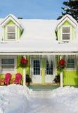 La maison colorée sous la neige Images libres de droits