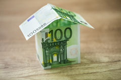 La maison, construite de 100 euro billets de banque Image stock