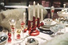 La maison a décoré la table de salle à manger de Noël Images stock