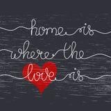 La maison d'expression est où l'amour est Lettrage tiré par la main sur le noir photos libres de droits